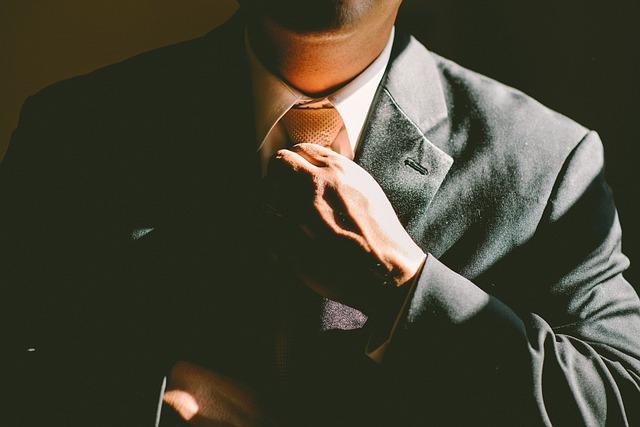 tie 690084 640 - 「営業の給料安い」40代男が転職で相談すべき相手は1つだけ